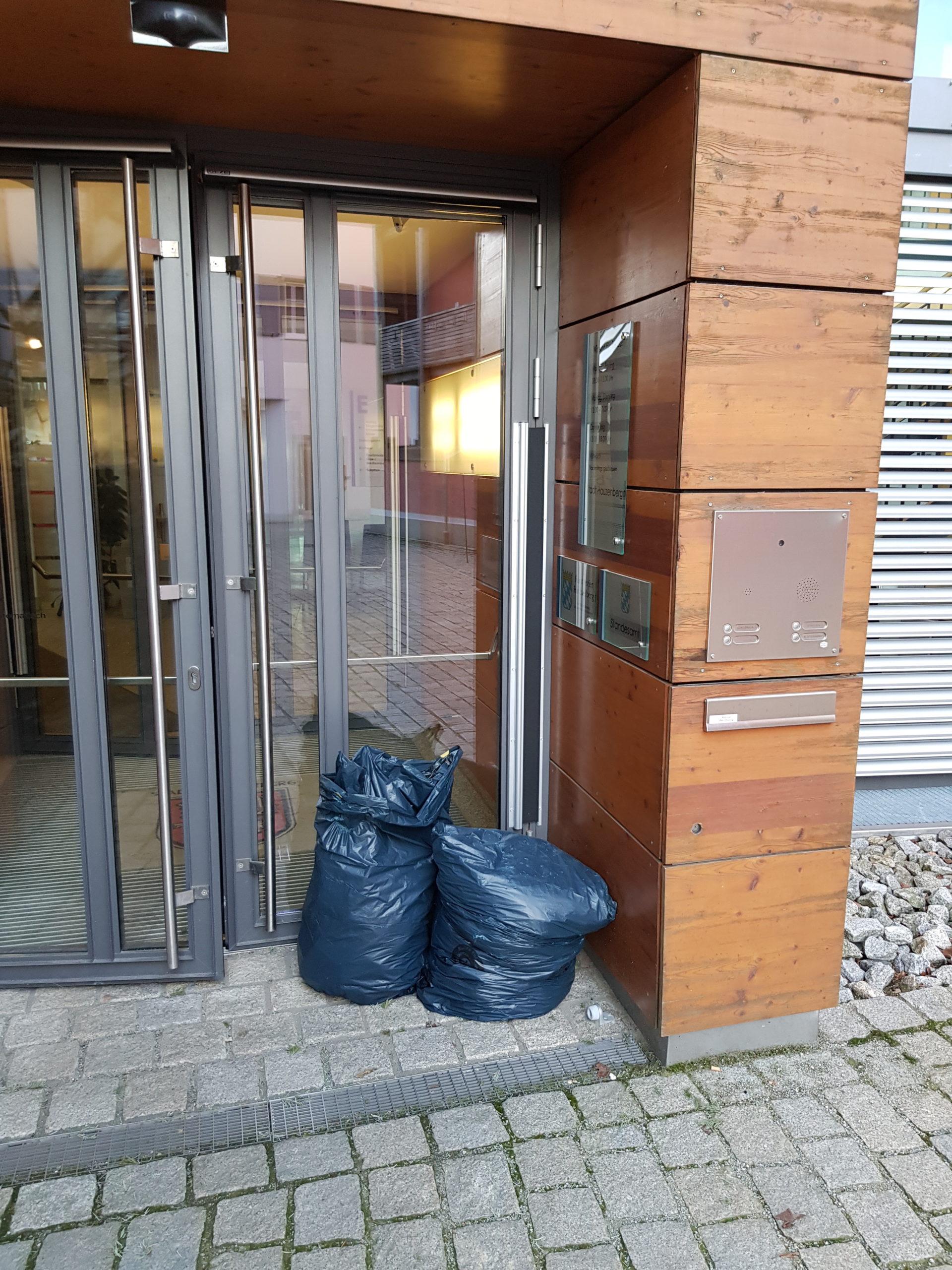 Müll vor dem Rathaus